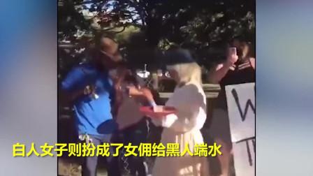 """真奇葩!美国白人男子脚戴镣铐,扮作""""被鞭打的奴隶""""参与示威。"""
