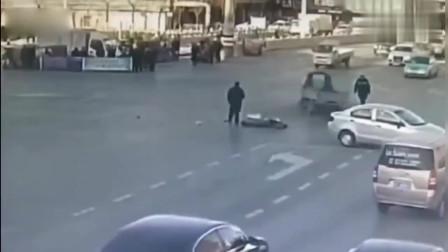 监控实拍记录了一个不可思议的车祸-_交警都看呆了-_实在太诡异了