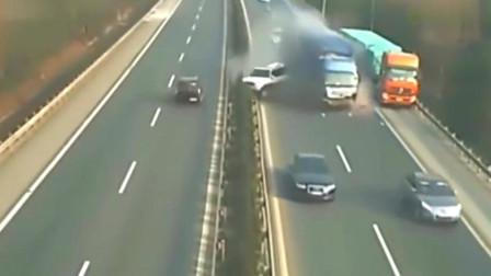 监控实拍:女司机再次神操作!高速公路一脚急刹车,被大货车直接撞碎!