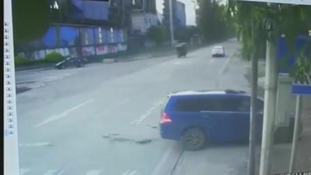 广东清远监控实拍的画面,看看这起摩托车车祸,看着都疼,轿车司机还逃逸!
