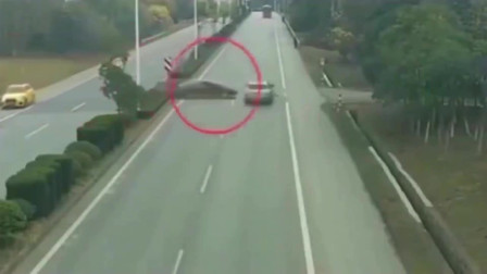 监控实拍:北京发生奇葩的车祸,刚掉好头车又被送了回去,太搞笑了吧