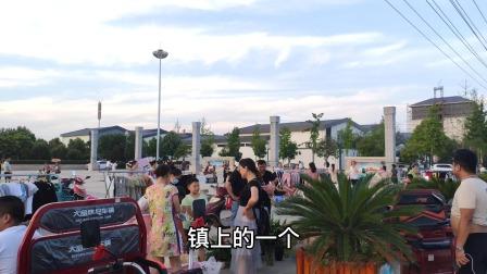 仙桃市小镇人民广场地摊经济,好不热闹啊,是大人小孩休闲的好去处。