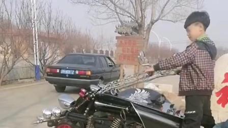 广西八岁孩童改装电动车,在村里一举成名,这技术惊艳了父母!