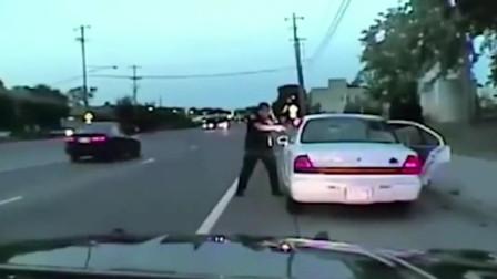 美国警察知道黑人有武器后,情绪失控,连续开枪击毙
