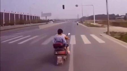 辽宁盘锦市:大货车提前按喇叭,电动车却无动于衷,监控拍下令人气愤的一幕