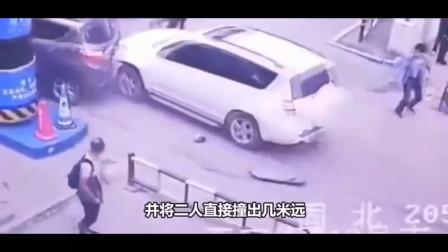 监控:夫妻俩逛超市出车祸,肇事车也感到冤枉,太可怕了
