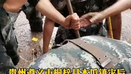 贵州遵义市桐梓县木瓜镇灾后清理的人民战士们。