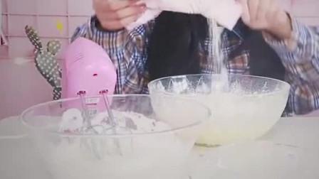 美女和小孩子在家自制小蛋糕,你们给这个蛋糕打几分,超好吃