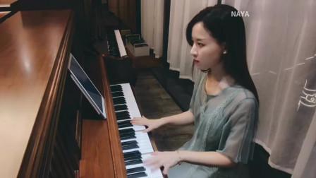 小姐姐钢琴优美弹奏《雪落下的声音》很温柔的琴声
