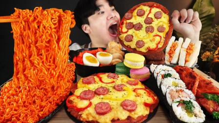 """韩国ASMR吃播:""""火鸡拌面+辣炒年糕+芝士披萨+紫菜包饭+马卡龙"""",听这咀嚼音,吃货小哥吃得真馋人"""