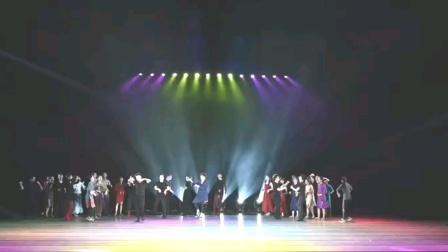 民族舞蹈串烧《站在草原望》编排应接不暇,震撼全场。