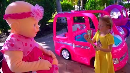美国萌宝时尚,小萝莉假装外卖员送比萨,不小心摔倒在地上