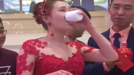 广东宴席,新娘为了红包,全程一直喝酒,新郎旁边默默观看