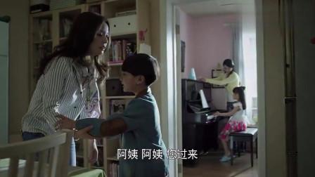 小男孩拿着蛋糕给茜茜,说没有零食也做朋友,小朋友太惹人喜欢了