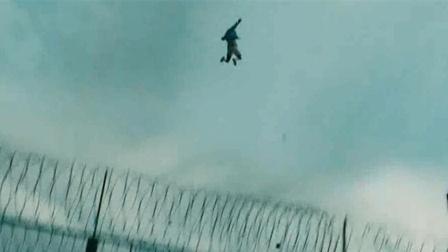 超人被关进监狱,入狱第一天,就跳到墙外捡篮球