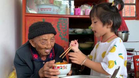 爸爸妈妈不在家,95岁老人肚子饿,4岁宝宝如何对待老祖