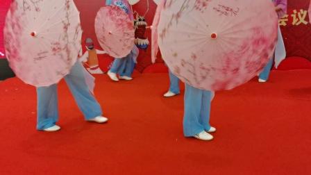 :杨氏联谊合十周年庆由新时代俱乐部集体表演雨中太极。