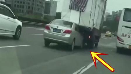 高速路上,小轿车卡大货车屁股被拖行,求司机的心理阴影面积!