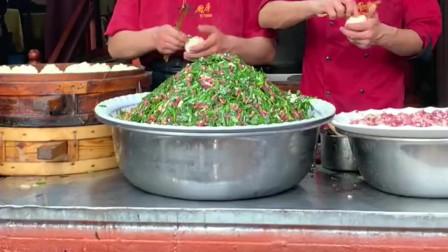 实拍新疆街头美食早餐2元一个的羊肉韭菜包子配上一碗奶茶,绝了!