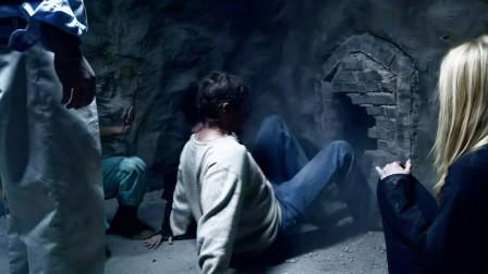 3男2女被困密室陷绝望,本想打开小门逃生,打开后却更加的绝望