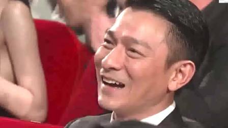 """曾饰演""""八面佛""""的他在台上自嘲,台下的刘德华、成龙等为其喝彩"""