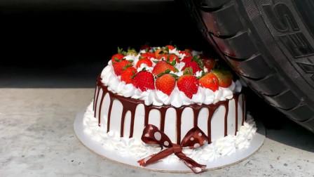 减压实验:牛人把蛋糕、苹果、橡皮泥放在车轮下,好减压,勿模仿