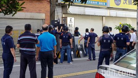 台湾街头传出三声枪响,大批荷枪实弹出动,与枪手数小时