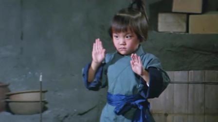《少林寺十八铜人》少龙从小就开始苦练武功,铁君也被父亲送往少林寺练武