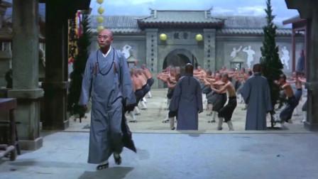 《少林寺十八铜人》少龙做早课来迟了,脚上还绑着铃铛跑来跑去,真可爱