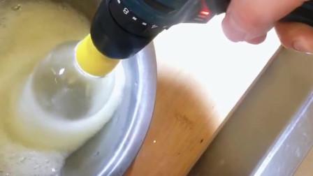 北京小伙脑洞大,利用电钻和塑料瓶打造电动打蛋器。