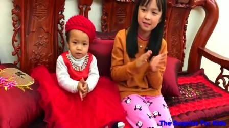 国外儿童时尚,华裔小朋友给姐姐们送圣诞礼物,姐姐好开心