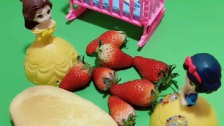 贝儿让白雪用草莓给她女儿做果酱面包,自己玩游戏,这样不对哦!