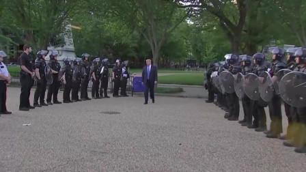 """警察""""人墙""""护卫特朗普步行出白宫""""放狠话"""", 保镖高度警戒!"""