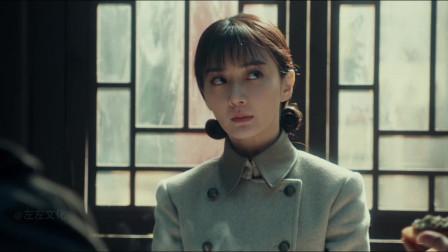 光荣时代:张译整蛊美女同事,让她吃臭豆腐喝豆汁,太狠了!