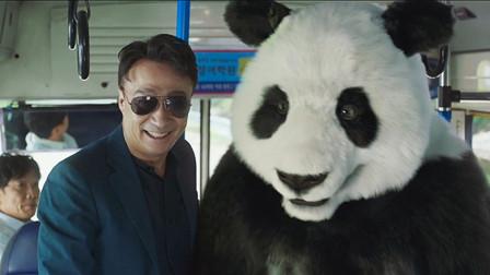 大熊猫的贴身保镖,带着大熊猫坐公交,还要保护它的安全!
