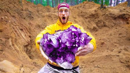 老外野外寻宝,竟然挖到50斤重的紫水晶!这下发财了