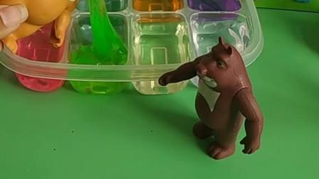 小朋友们都在玩起泡胶,熊大也给自己买了一个,熊二可以玩一下吗?