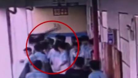 广西初中生抱起同学扔下4楼 检方建议量刑5-10年