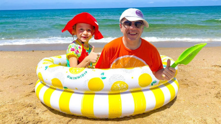萌宝亲子故事:超开心!小萝莉跟爸爸在沙滩上挖到什么东西?