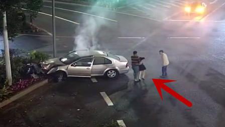 这起惨烈的车祸,把副驾女子吓瘫在地,站不起来了!