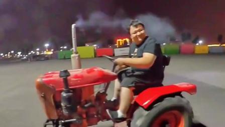 晚上约了山东大哥骑摩托车,结果他开了一辆拖拉机出来,还说是东方红牌杜卡迪!