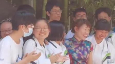 高三女老师穿旗袍拍毕业照引全校欢呼:祝考生旗开得胜
