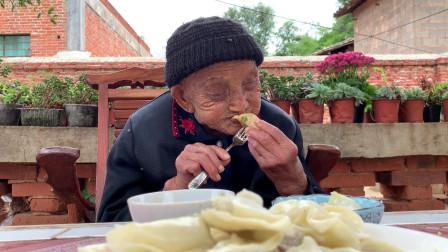 95岁老人在孙子家,中午肚子饿了,看看孙媳妇给奶奶做了啥