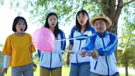 做隐藏任务赢98K,学生要挑战牙签扎气球让气球不破,真牛