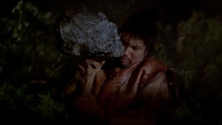 大醉侠用石头练功,双指插进大石头里,但却十分的吃力!