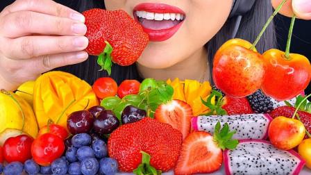 """韩国ASMR吃播:""""多彩的新鲜水果拼盘"""",有蓝莓、芒果、火龙果、草莓、葡萄等,听这咀嚼音,吃货欧尼吃得真馋人"""