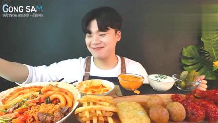 韩国吃货小哥,吃辣炒年糕、炸鸡、芝士球、土豆饼,吃得真馋人啊!