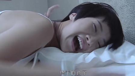 可爱美女果然直接,刚一进门就躺在床上,这下好戏开始了