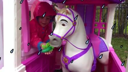 国外儿童时尚,萌宝小萝莉玩白马,开心极了