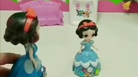 白雪公主的爸爸妈妈很忙!今天是白雪公主的生日!